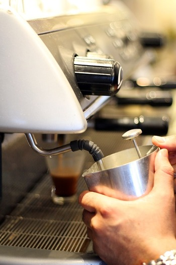 お店では、専用のマシンでミルクにスチームを入れることによって、あたためと同時にきめ細かなミルク泡を作り出します。 また、フォームドミルクを作る機能を備えたエスプレッソマシンがおうちにあれば、いつでもカフェラテを楽しめますよね。 でもコツさえおさえておけば、特別な道具を使わなくても簡単にフォームドミルクを作ることができるんです。