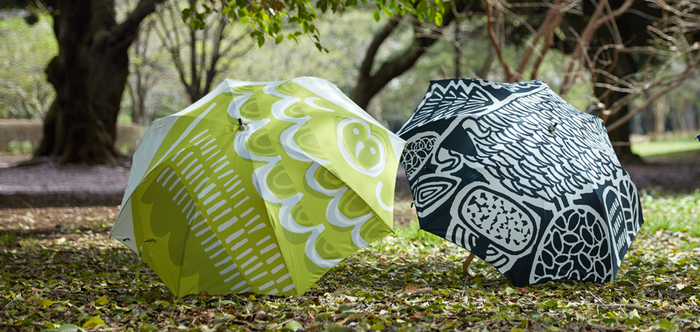 良く見ると、鳥やフクロウ、ライオン、バッファローなどの動物たちがモチーフになっています。探す楽しさもある愉快な傘です。