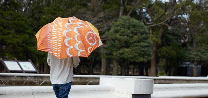 オッタイピイヌのデザイナー鈴木マサルさんが描くイラストが前面にあしらわれた傘です。見ているだけで気持ちを明るく、パワーをもらえそうなイラストです。