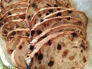 濃厚な煮込み料理に合うパン・ド・ロデヴ・ミルティーユ。ミルティーユとはブルーベリーのことです。ブルーベリーとくるみが入ったハード系のパンです。 濃厚な鹿肉の赤ワイン煮込みとブルーベリーの酸味がよく合い、大人な組み合わせ。