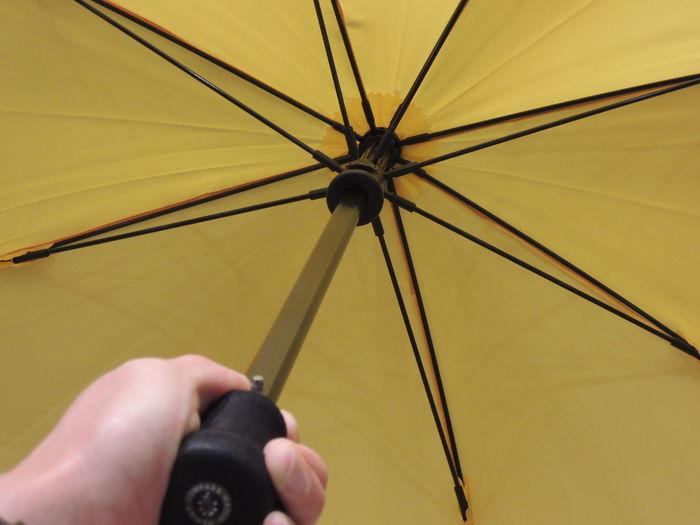 その秘密の一つが丈夫な傘骨。高密度のグラスファイバー製で、強風でも折れない丈夫さを持っています。さらに持ち手は握りやすく滑りにくい作りになっています。