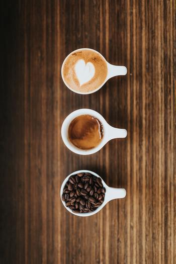 一方カプチーノやカフェラテは、エスプレッソ抽出の濃厚なコーヒーに蒸気で温めたスチームドミルクを加えたイタリアンスタイルのコーヒーです。「ミルク多め・泡少なめ」なものを、カフェラテ、「ミルク少なめ・泡多め」のものをカプチーノと、牛乳の割合で呼び分けています。コーヒー専門店ではお店ごとに多少割合が異なりますが、ミルク多めな分カフェラテはまろやかで、カプチーノの方がビターな味わいになります。