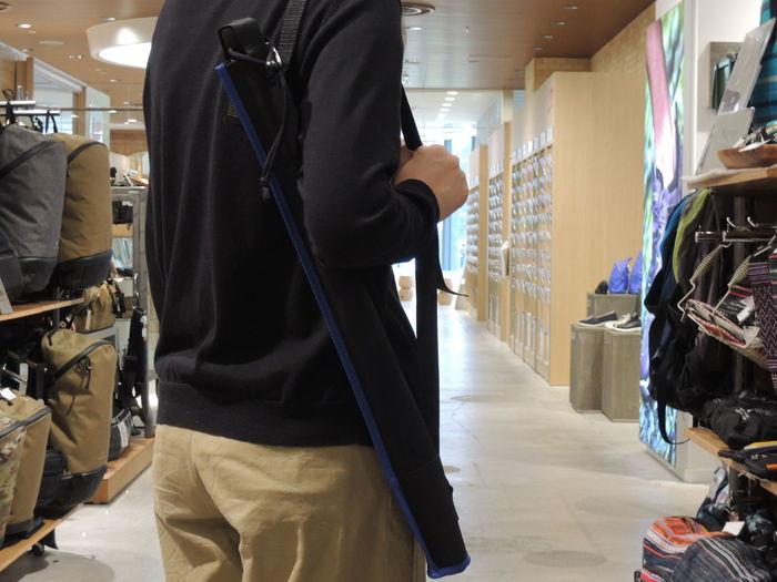 付属している収納ケースには、肩掛けもついていてアウトドアらしい便利さがあります。濡れた傘で片手をふさがれず他の荷物と同じように持てるから、外出のストレスが一つ減りそうです。