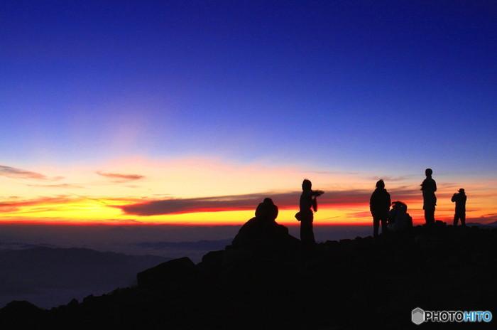 夜明けの時間帯は一日のうちで一番きれいな時間だという人も多いですよね。空が濃紺からオレンジに染まっていき、徐々に夜が過ぎ去っていく風景をおさめています。
