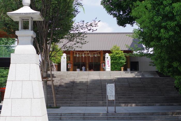 現在のスタイリッシュな社殿や境内は、2010(平成22)年に建築家・隈研吾氏による設計で完成しました。