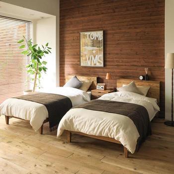 繋げれば広々としたキングサイズのベッドになる「シングルベッドの繋げ置き」は大変便利ですが、風水の観点からは「夫婦の仲を引き裂く」と考えられるためNG。大きめサイズのベッドを選ぶか、シングルベッドにするならこちらの写真のように別々に配置すれば良いとされています。
