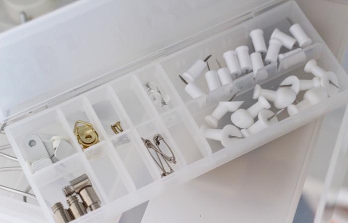 細々としたものは、無印良品のピルケースが便利。仕切りが自由に動かせるため、入れるものに合わせて位置を変えられます。蓋を閉めておけば、ひっくり返しても混ざることがなく安心。