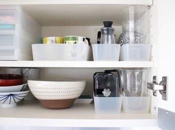 同じ種類の食器や調理器具などは、ケースにまとめると食器棚の奥行きを有効に使えます。半透明のケースのため、何がどこにあるのか一目瞭然。