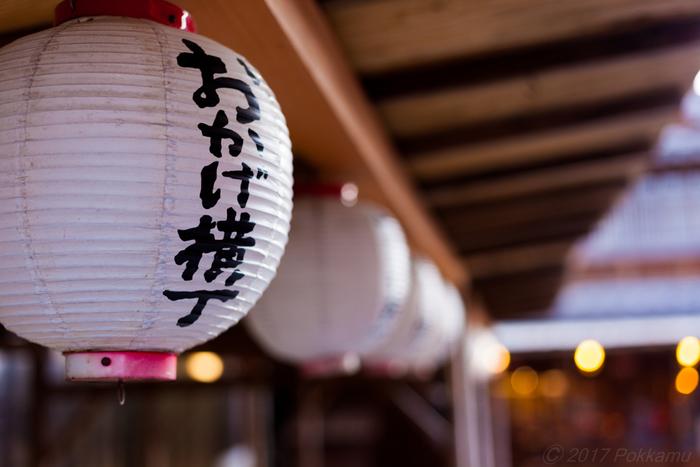 三重には、伊勢海老や伊勢うどん、松坂牛、手ごね寿司など美味しい物がいっぱい。この「おかげ横丁」にも老舗を始めたくさんの人気店が集結しています。 計画を立てて周らないと「食べきれなかった…」なんて悲しい思いをすることもしばしば。  今回は「食べ歩き」に最適なグルメと「お店でゆっくり」味わいたいグルメに分けて紹介していきます。ぜひ計画の参考にしてみてくださいね。