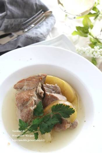 とろとろに煮込まれた豚肉とりんごの組み合わせ。じっくりと煮込むのがコツです。パンにじゅわっと染み込むスープが絶品です。