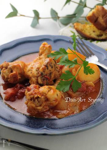 炊飯器で調理できるチキンのトマト煮込み。火加減が難しい煮込み料理も簡単にできちゃいます。イタリアンにはフォカッチャがぴったりです。