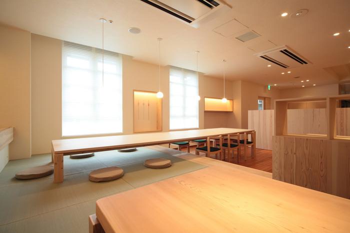 川越氷川神社の隣にある氷川会館の1階に「むすび café」があります。白木をふんだんに使った清潔感があり明るい店内で、ランチやお茶ができます。