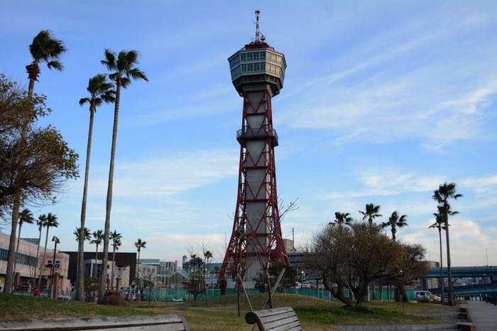 博多ふ頭のすぐそばにある「博多ポートタワー」。近くには「博多港ベイサイドミュージアム」や「みなと温泉 波葉の湯」などがあり、楽しめるスポットが集まっています。