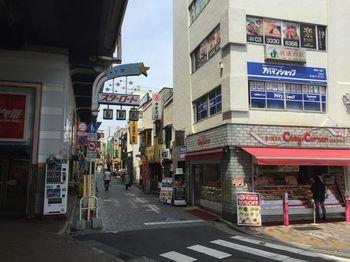 「阿佐ヶ谷スターロード商店街」は、阿佐ヶ谷駅の北口周辺に広がる商店街です。戦後の面影を残しつつ、新しさも取り入れ進化し続ける街の商店街。八百屋さん、カフェ、居酒屋と、それぞれの世界観を持つ150ものお店があります。