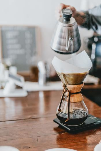 まずカフェオレは、深煎りのドリップコーヒーに5:5程度の割合で温めたミルクを加えたもの。フランス語で牛乳を意味する「オレ」が名前に付くように、もともとはフランス由来の飲み方です。取っ手のないカフェオレボウルになみなみと注ぐのが本場のスタイル。