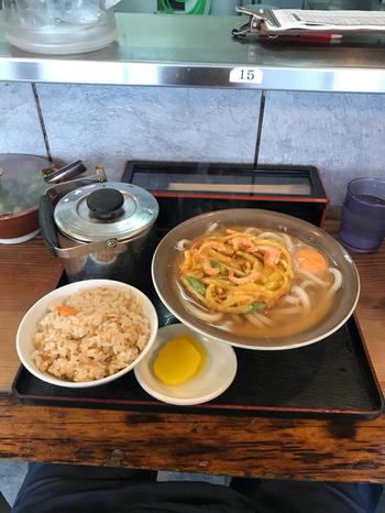 たっぷりのうどんと福岡ではおなじみのかしわ飯。リーズナブルなのに、ボリュームたっぷりなのも嬉しいですね。出汁も注ぎ足せるので、ゆっくりと味わえます。