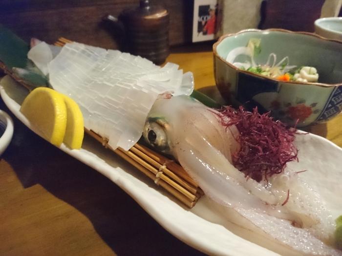 九州に来たら食べておきたい「イカ活造り」。他にも、うにやあわびが入ったお造り盛り合わせや、福岡グルメのごまさばを思う存分に堪能。浜焼きセットでは旬の魚介をその場で焼き味わうことができます。