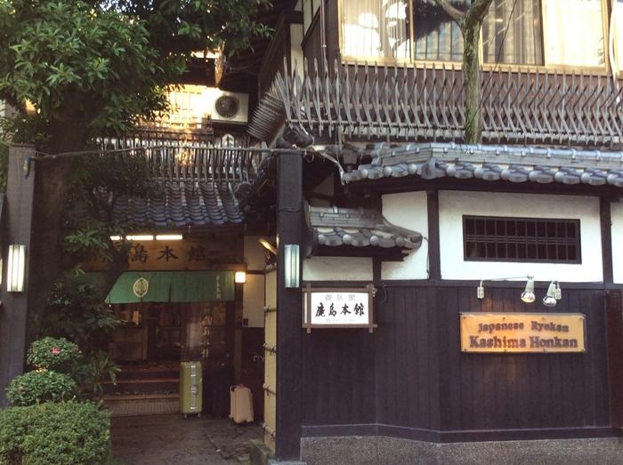 有形文化財に登録されている「和風旅館 鹿島本館」。日本の良き古き時代を感じられる建物で時間を過ごすことができます。地下鉄祇園駅から歩いて2分と交通の便も良く、福岡観光にはぴったりの場所です。