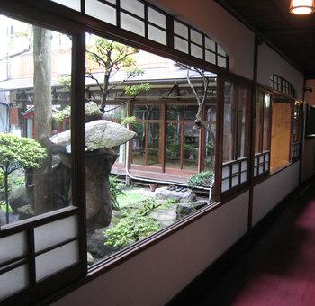 旅館内には手入れの行きとどいた中庭があり、都会の喧騒から離れ時間を過ごすことができます。和風の旅館は海外からの旅行者からも人気があり、さまざまな国の観光客で賑わう旅館です。