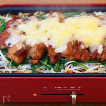 話題のチーズタッカルビをホットプレートで再現♪人気の味を家庭で楽しめるのが嬉しいですよね。甘辛いタレとチーズが野菜とお肉によく合い、お箸が止まらなくなる味に。