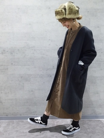 女性らしいコーディネートとの相性も良いパイロット帽。ロングワンピにスニーカーを合わせたカジュアルなスタイルに、ぽってりかわいらしいパイロット帽は適度なアクセントを加えてくれます。