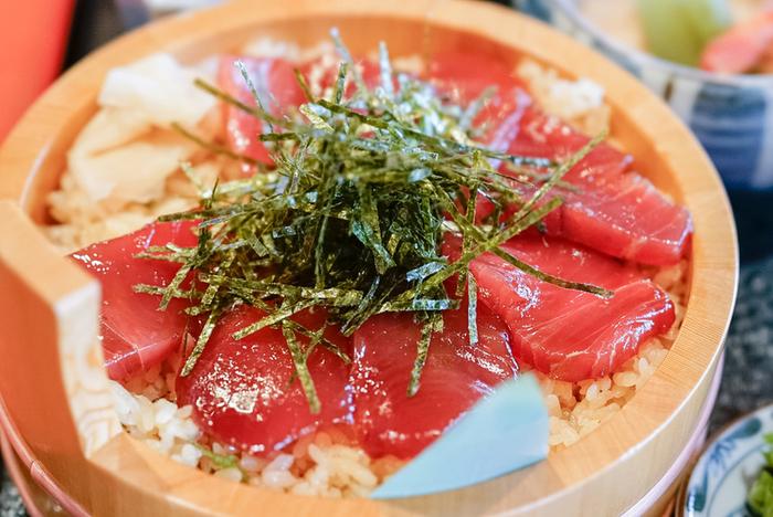 「てこね寿司」は、甘くてコクのある特製の醤油ダレに漬け込まれた肉厚の鰹が、こだわりのブランド米「御絲産コシヒカリ」の酢飯の上にたっぷりのっていて、伝統を感じる美味しさです。