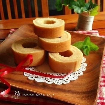 バウムクーヘンがホットケーキミックスで作れるレシピ♪ホットプレートは低温に設定し、生地を少しずつ巻いて完成させます。