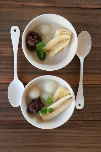 甘酒風味のココナッツおしるこ。コトコトと温め、やわらかな白玉や、控えめな甘さのあんこ、バナナと一緒にいただきます。