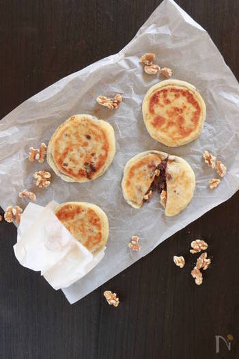 韓国のあったかスイーツホットク。ホットケーキのように見えますが、白玉粉を加えているのでもっちり食感が楽しめますよ。中には粒あんとくるみがたっぷりと入っています。