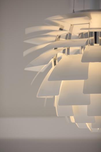 20世紀の照明デザイン史に残る名作「PHアーティチョーク」。100種類以上ものパーツから構成されていて、ひとつ製作するのに、25人もの熟練された工の技が必要となります。ニュアンスのある温もり溢れる光が照らし出す姿はまさにアートそのもの。