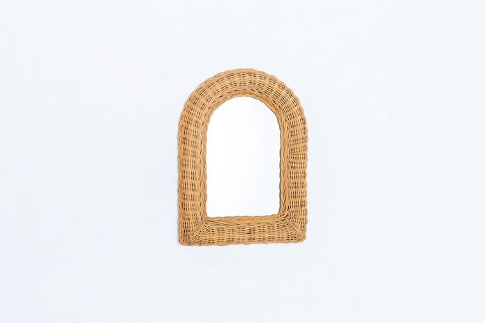 デンマーク製のミラー。籐で丁寧に編み込まれ、壁面に小さく浮かび上がる小窓のよう。ミラーをのぞき込むのが楽しみになりそうな可愛らしさ。