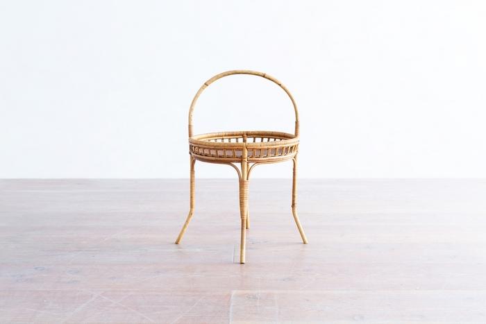 バスケットのような可愛いい形をしたサイドテーブル。さりげなく片隅に置いておくだけで絵になるデザイン。