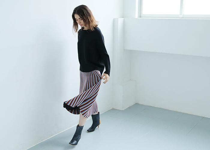 色使いがレトロなニットプリーツスカート。歩くたびに揺れるスカートが上品でモダンな着こなしにぴったり◎シンプルにブラックアイテムと合わせて、スカートを主役にした着こなしを。