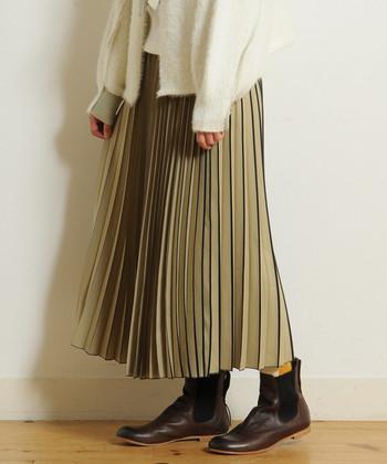 プリーツスカートに、影のように縞模様が入ったスカート。シックで女性らしいベージュ×ブラックが上品な印象です。