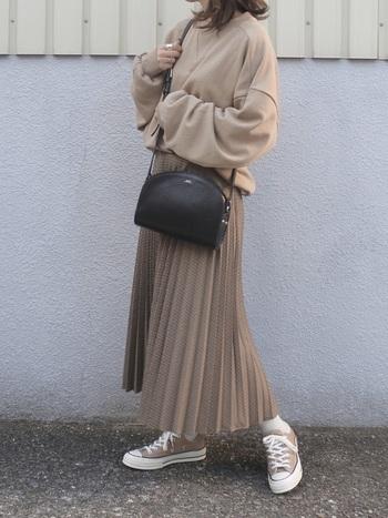 独特のデザインが魅力の「プリーツスカート」。こちらのコーディネートは、全体を優しい色合いでまとめた上品な着こなしが素敵ですね。トレンドのプリーツスカートは、カジュアルにもフェミニンなスタイルにもマッチするので、幅広いコーディネートを楽しむことができますよ◎。
