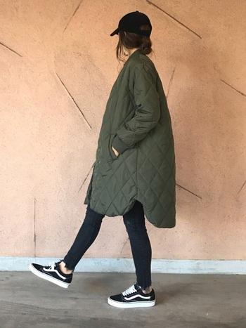 ゆったりしたシルエットのキルティングコートに、細身の黒スキニーを合わせたボーイッシュなスタイル。キャップやスニーカーなどカジュアルなアイテムの組合せでも、カーキ×ブラックのシックな配色でラフになりすぎず、クールで大人っぽい印象に。冬の着こなしにzaraの黒スキニーを取り入れて、様々なコーディネートを楽しんでみませんか?