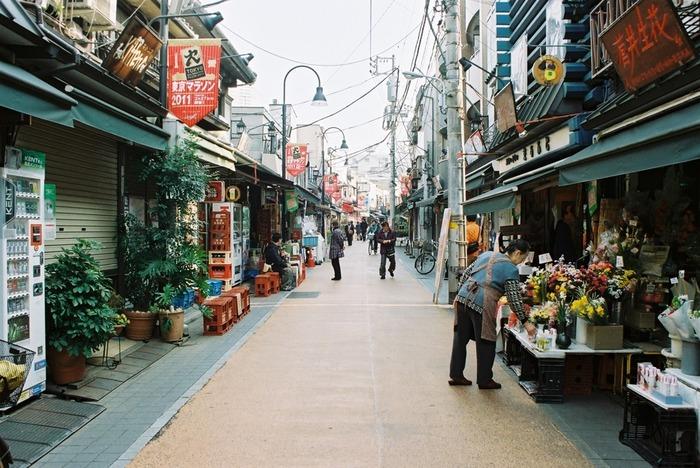 地元で作られた食材や、古くから親しまれている味に出会えるのが、昔ながらの商店街。店員さんと顔なじみになって、温かな触れ合いを楽しむのも素敵です。