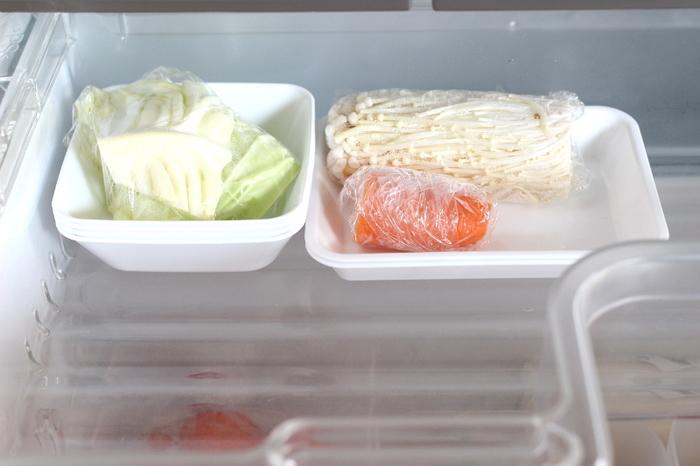 セリアのトレーを利用して、細かな食材を整理整頓。正方形と長方形のトレーを組み合わせれば、食材の大きさや長さに合わせて、きれいに保冷できます。食材を使い切ってトレーが空いたら、重ねて収納できるのも便利。お手入れがラクなのも嬉しいポイントです。