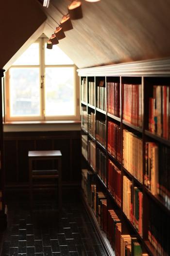 近所に図書館があれば、気軽に利用できるので、借りた本を返す面倒がなくなり、思う存分読書三昧が可能です。また新聞や雑誌も図書館で読めるので、買う必要がなくなるというメリットも。