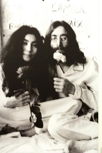 1960年代後半から70年代にかけて、アメリカで流行したヒッピームーブメント。自由と平和を求める精神をもとにライフスタイル全般に影響を与えました。これはビートルズのジョン・レノンと前衛芸術家のオノ・ヨーコさんの有名な平和パフォーマンスの写真です。