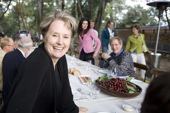 70年代に「シェ・パニーズ」という自然食レストランをオープンし、今や多くの人が実践している、その土地の旬のものを食べるという考え方や、生産者自らが販売するファーマーズ・マーケットの構想など、様々な食にまつわる活動の先駆けとなったのがアリス・ウォータースさんです。