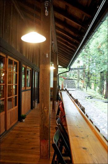 天気が良ければ、杉木立の見えるテラス席がおすすめ。森林に囲まれた空間で癒しのひとときを過ごしてみてはいかがでしょうか。