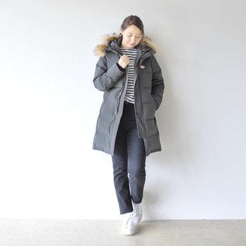 ロング丈のダウンコートは冬本番に着たいアイテムです。マットな質感の生地とリアルファーが大人の表情を作ってくれます。