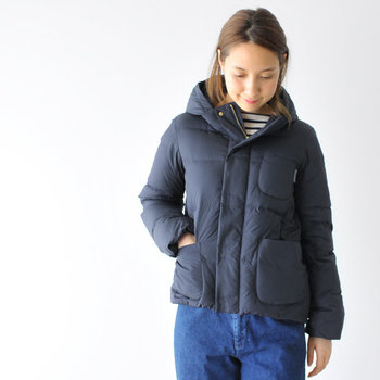 手触りの良い生地で出来た、暖かなダウンのショートコートです。細めの身幅と袖周りで、ダウンでありながらスマートに見せてくれます。