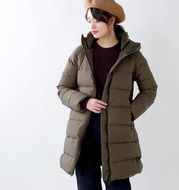 上品な色合いと、ウエストシェイプされたデザインが女性らしいダウンコートです。温かさはもちろん、撥水性、防風性にも優れていて、快適な環境を作ってくれます。