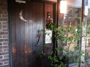 「山猫軒」は、劇場でご紹介した「ラピュタ阿佐ヶ谷」の3階にあるレストランです。入口からまるで絵本に出てきそうな不思議な雰囲気が漂います。有機野菜などを使ったフレンチベースの料理が食べられますよ。