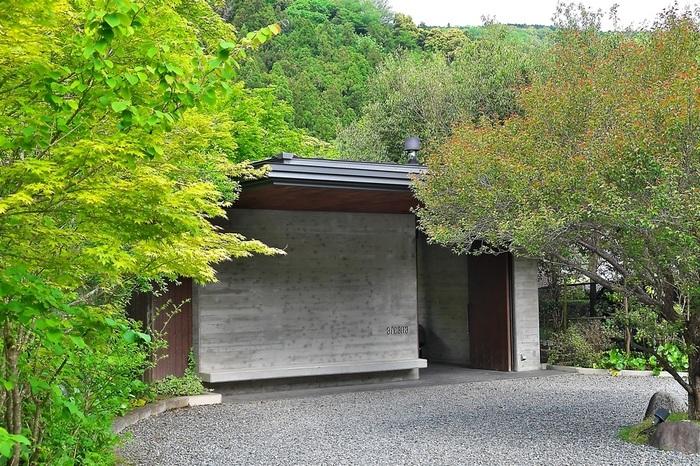 中伊豆・天木温泉郷の森に囲まれた渓流沿いに建つオーベルジュ「arcana izu」。レストラン棟と各部屋のあるコテージだけの、こじんまりとした心地いい空間です。