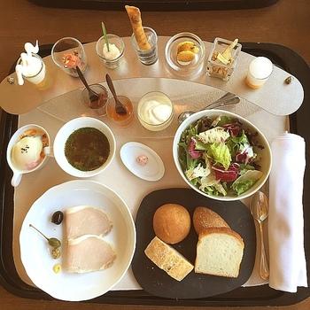 朝食のメニューは、このようなラインナップ。美味しいのはもちろん、デコレーションの華やかさは、心を豊かにしてくれます。