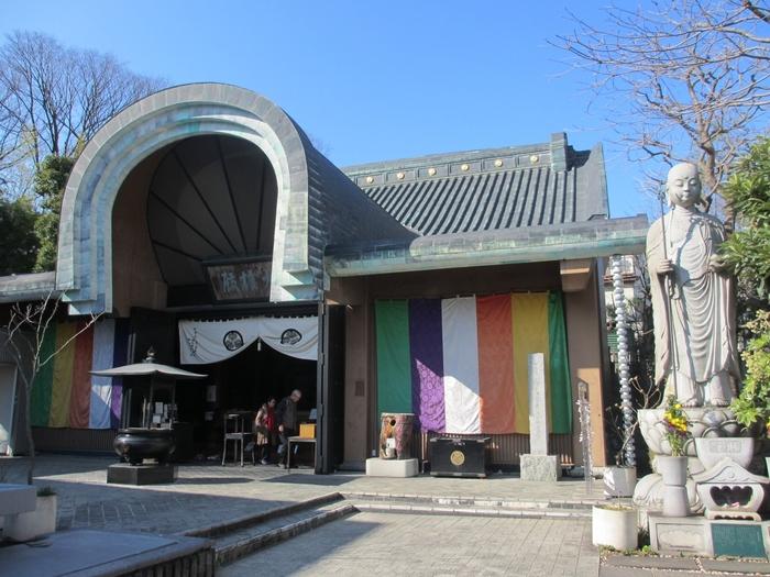 目黒不動から2分ほどのところにあるお寺です。寺の中には松雲禅師が彫刻した寄木造りの305体の羅漢像が安置されていて、「目黒のらかんさん」として親しまれています。