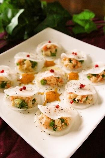 見た目が華やかで可愛らしい変わったラビオリ風の前菜は、大根を薄く切って具材を挟むだけの簡単レシピです。  ヘルシーメニューで軽く食べれるから、パーティーの前菜にいかがでしょうか?
